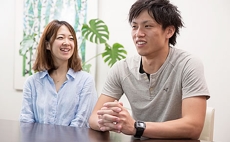 写真:座ってインタビューに答えている筒井さんご夫妻。