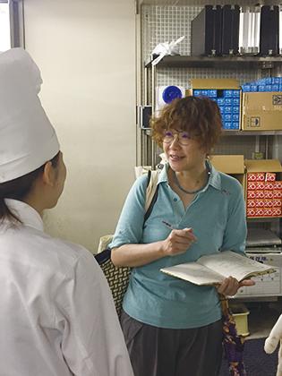 写真:重村さんの取材風景。
