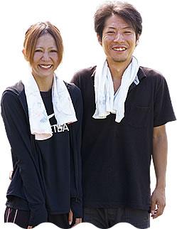 写真:笑顔で並んで立っている平田さん夫妻。