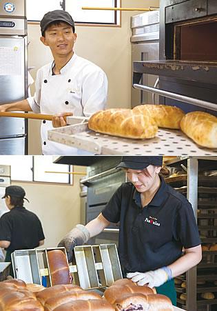 写真:上:焼けたパンをオーブンから出している大久保卓哉さん。下:焼けたパンを型から外している大久保由加利さん。