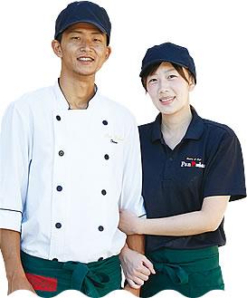 写真:笑顔で腕を組んでいる大久保さん夫妻。