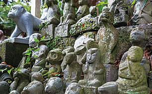 写真:たくさんの猿の石像