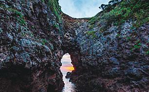 写真:岩の隙間から海が見えている